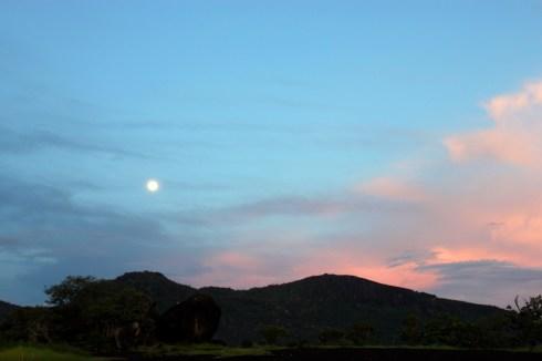 Atardecer en Maniapure, cerro El Chiguire y tonada de Luna llena